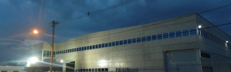 Visão geral da frente da empresa à noite