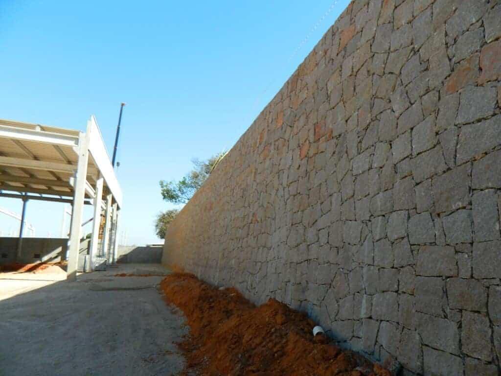 Muro de arrimo no fundo do galpão