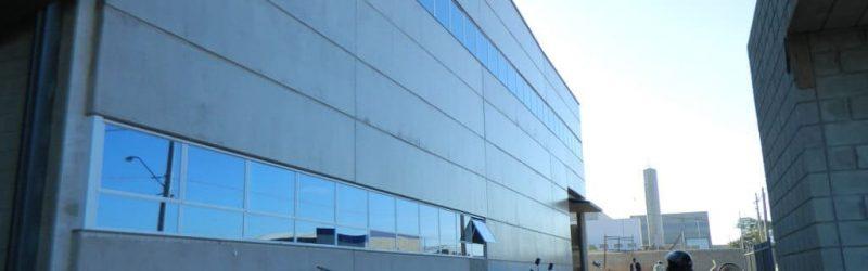 Foto da fachada com os vidros colocados (corredor lateral)