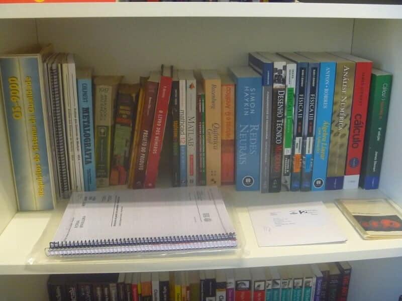 Parte dos livros de Engenharia e Qualidade da biblioteca da Engetref